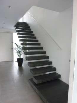 Sichtbeton Kragarmtreppe: moderner Flur, Diele & Treppenhaus von Harr Betondesign
