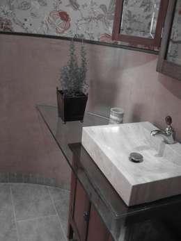 Baños de estilo moderno por LAR arquitectura