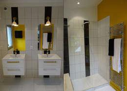 Banheiros modernos por UN AMOUR DE MAISON