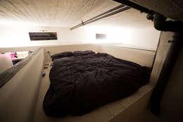 DOCK_52_da garage a residenza: Camera da letto in stile in stile Industriale di laprimastanza