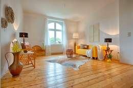 Livings de estilo ecléctico por HOMEstaging-RUHR
