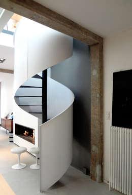 Loft ancienne usine: Couloir, entrée, escaliers de style de style Industriel par KJBI DECO