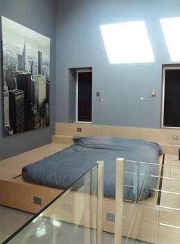 Camera da letto in stile in stile Industriale di KJBI DECO