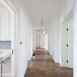 Pasillos y recibidores de estilo  por Ardesia Design