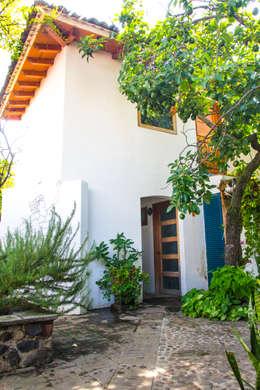 Jardín Trasero : Jardines de estilo mediterraneo por Mikkael Kreis Architects
