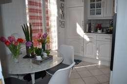 Une sous-couche et une peinture blanche , une table design et la cuisine est relookée:  de style  par Christèle BRIER Architechniques