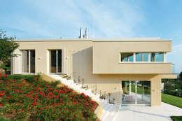 Haus GF: mediterrane Häuser von t-hoch-n Architektur