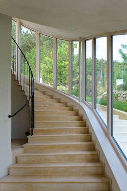 Haus GF: mediterraner Flur, Diele & Treppenhaus von t-hoch-n Architektur