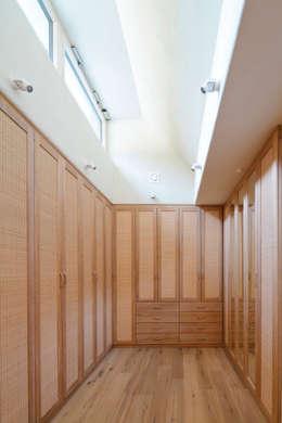 Haus GF: mediterrane Ankleidezimmer von t-hoch-n Architektur