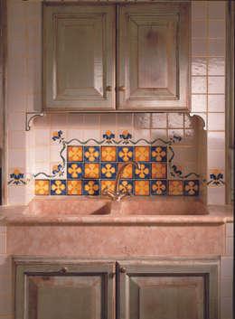 Decoro Quadrifoglio: Cucina in stile in stile Classico di Acquario Due