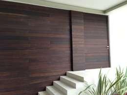 fachada deck de bambu: Casas de estilo minimalista por Manat