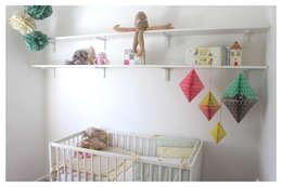 Quarto infantil  por Crow's Nest Interiors
