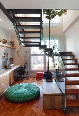 Cobertura Leblon : Corredores e halls de entrada  por Escala Arquitetura