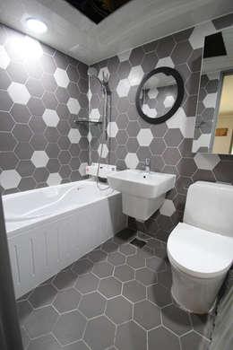 헥사타일을 이용한 욕실 인테리어: STORY ON INTERIOR의  화장실