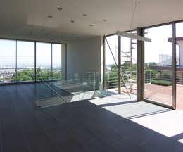 modern Media room by 株式会社 コンパス建築工房