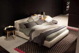 Bolton letto : Camera da letto in stile in stile Moderno di Giuseppe Viganò