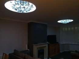 Salas / recibidores de estilo  por Lancashire design ceilings