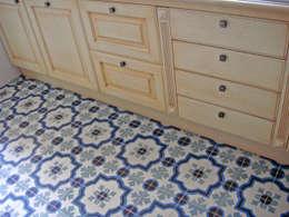 Pareti & Pavimenti in stile in stile Mediterraneo di Original Features