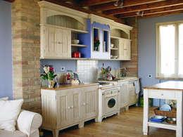 cucina in stile country: Cucina in stile in stile Eclettico di REALIZZATORI DI IDEE