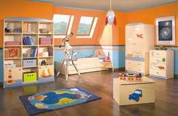 Kinderzimmer Weltenbummler: moderne Kinderzimmer von Möbelgeschäft MEBLIK