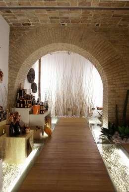 ENOTECA NON SOLO VINO : Gastronomia in stile  di Rocco Valentini Architecture