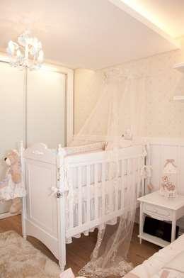 QUARTO PROVENÇAL BEBÊ - L.S.V - CURITIBA/PR: Quarto infantil  por VITRAL arquitetura . interiores . iluminação