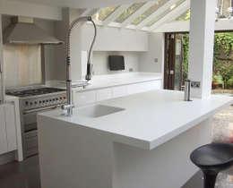 Cocinas de estilo moderno por Greengage Interiors Limited