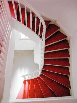 Pasillos, vestíbulos y escaleras  de estilo  por Daniel Beutler Treppenbau