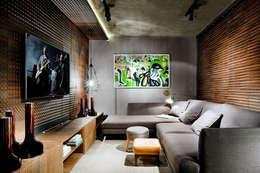 Salas multimedia de estilo industrial por Larissa Maffra