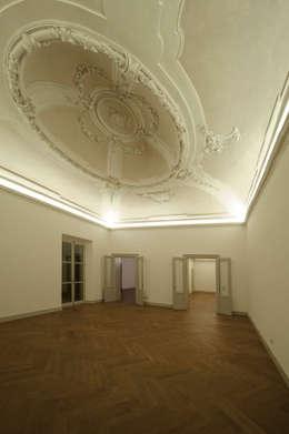Restauro e risanamento conservativo di Palazzo Barilari: Case in stile in stile Classico di MONDAINI ROSCANI ARCHITETTI ASSOCIATI