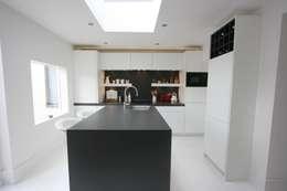 Laura Gompertz Interiors Ltd: minimal tarz tarz Mutfak