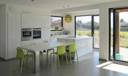 Vue de la cuisine ouverte: Maisons de style  par Tangentes Architectes