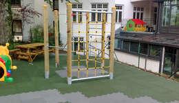 pflegeleichter Spielplatz: moderner Garten von WARCO Bodenbeläge