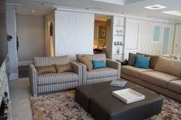 Gabinete ao fundo da área estar: Salas de estar modernas por Triple Arquitetura