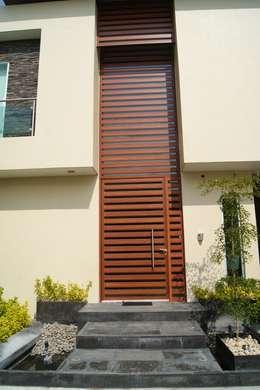 PORTICO: Casas de estilo minimalista por GHT EcoArquitectos