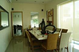 COMEDOR: Comedores de estilo minimalista por GHT EcoArquitectos