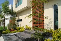 ENTRADA PRINCIPAL: Casas de estilo minimalista por GHT EcoArquitectos