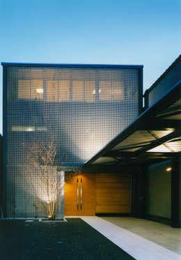 表(北)側外観 夜景: 原 空間工作所 HARA Urban Space Factoryが手掛けた家です。