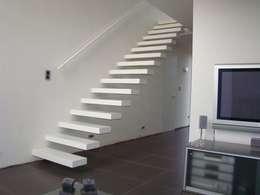 Escalier marche en porte à faux: Couloir, entrée, escaliers de style de style Moderne par Passion Bois