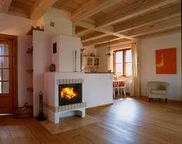 Dom w Hornówku (dom własny): styl , w kategorii Salon zaprojektowany przez BM-Architekci