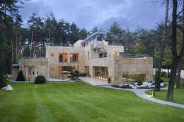 Rezydencja pod Warszawą: styl nowoczesne, w kategorii Domy zaprojektowany przez Zbigniew Tomaszczyk i Irena Lipiec Decorum Architekci Spzoo