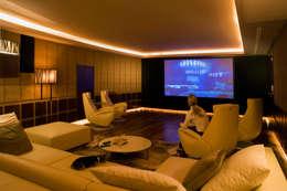 Salas multimedia de estilo moderno por Zbigniew Tomaszczyk i Irena Lipiec Decorum Architekci Spzoo