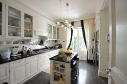 cucina: Cucina in stile in stile Classico di archbcstudio