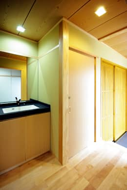Baños de estilo clásico por アトリエ イデ 一級建築士事務所