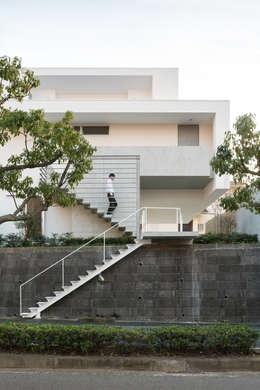Projekty, nowoczesne Domy zaprojektowane przez Kenji Yanagawa Architect and Associates