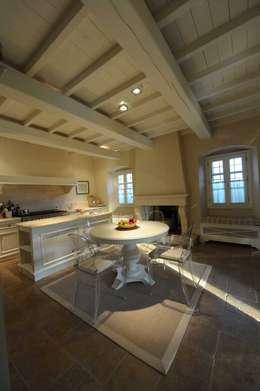 una casa di campagna: Cucina in stile in stile Classico di archbcstudio