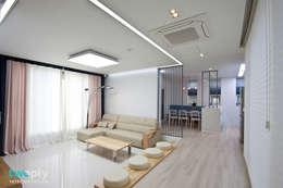 가족을 위한 단독주택: 디자인투플라이의  거실