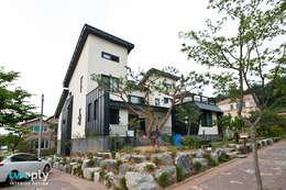가족을 위한 단독주택: 디자인투플라이의  화장실