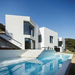 Casas de estilo mediterraneo por MIRAG Arquitectura i Gestió