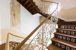 Treppenhaus der Villa Viktoria: klassischer Flur, Diele & Treppenhaus von Wohnwert Innenarchitektur